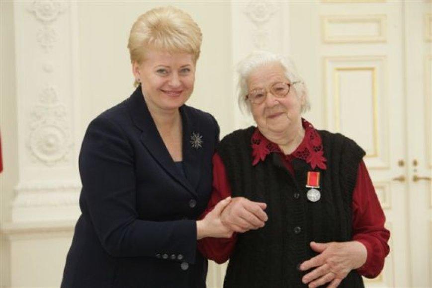 Prezidentė pasveikino ir apdovanojo mamas