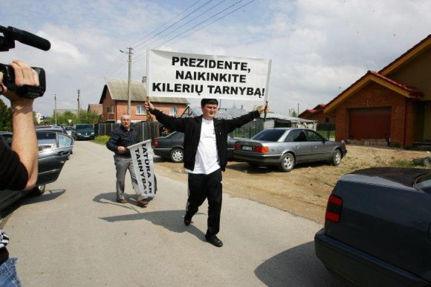Prie Kedžio namų atvyko Marius Kuprevičius su plakatu
