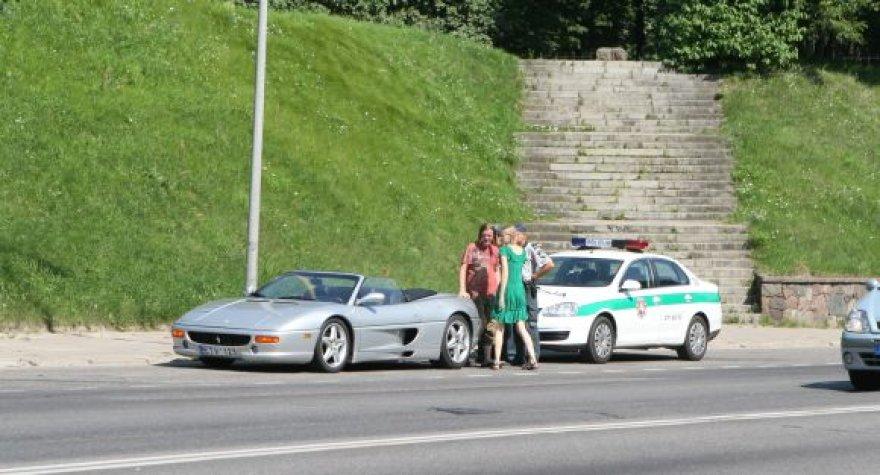 """Kelininkų """"siurprizo"""" auka Vilniaus centre tapo """"Ferrari F355"""""""