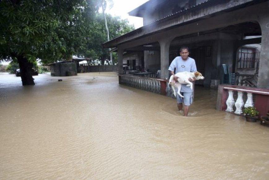 """Filipinus užgriuvo taifūnas """"Megi""""."""