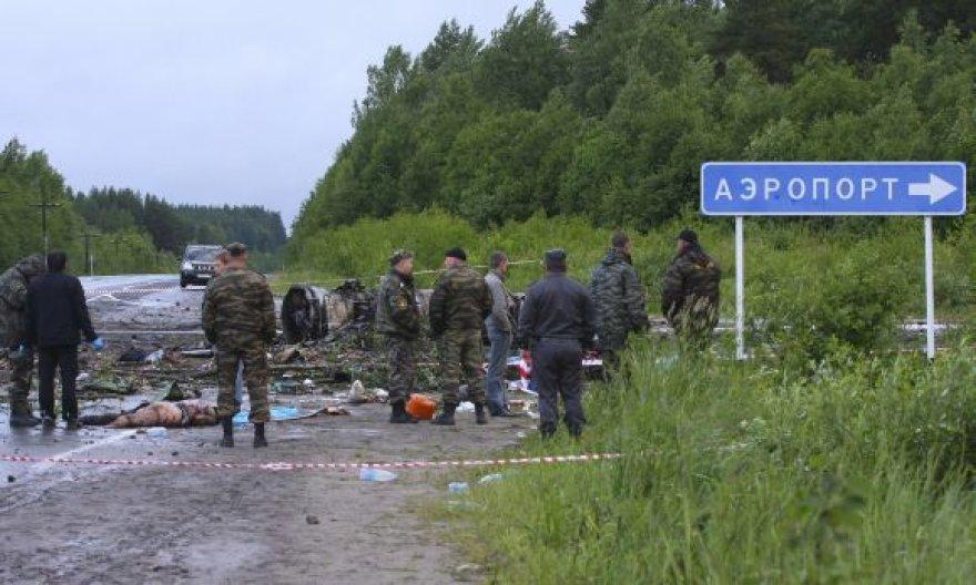 Nepataikęs į Petrozavodsko oro uostą Rusijoje sudužo keleivinis lėktuvas Tu-134