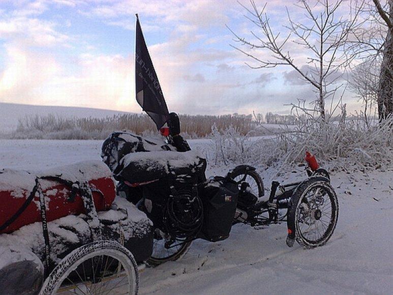 Pedalus Markas mina ir per sniegą.