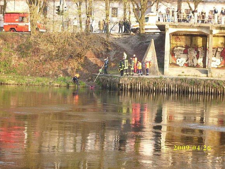 Moters lavonas traukiamas iš upės.