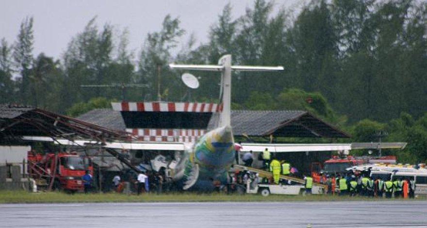 """Gelbėtojai dirba prie avariją patyrusio """"Bangkok Airways"""" lėktuvo."""