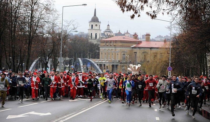 Sostinėje vyko tradicinis Kalėdų senelių bėgimas.