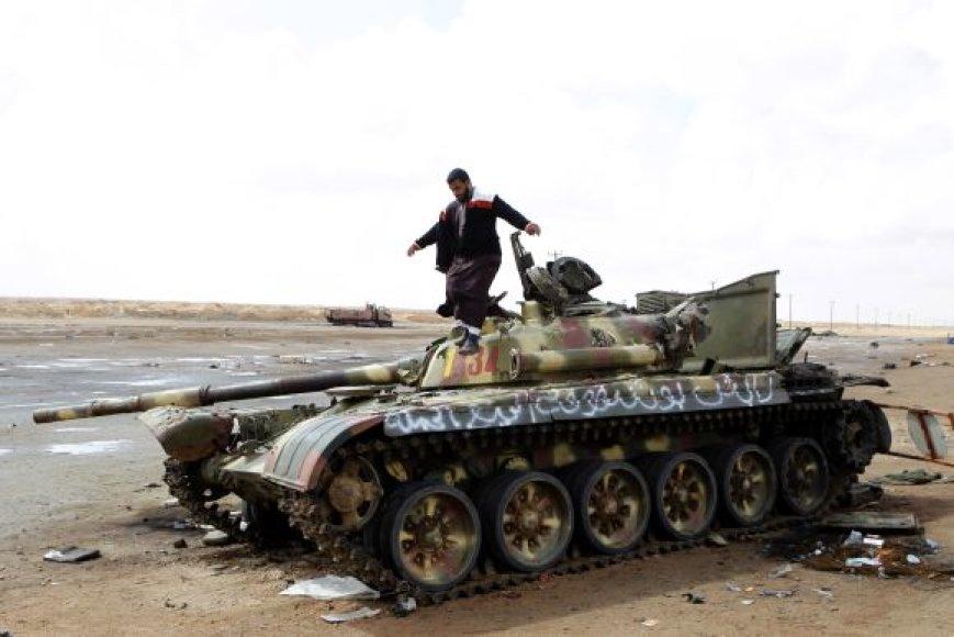 Sukilėlis ant sunaikinto tanko prie Adždabijos