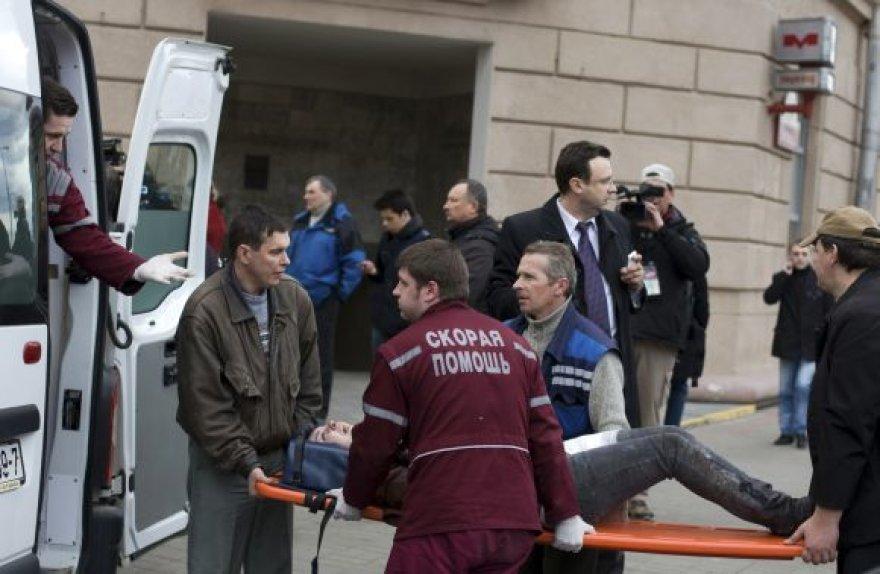 Sužeistieji išgabenami į ligonines.