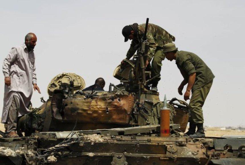 Sukilėliai apžiūrinėja sunaikintą tanką prie Adždabijos.