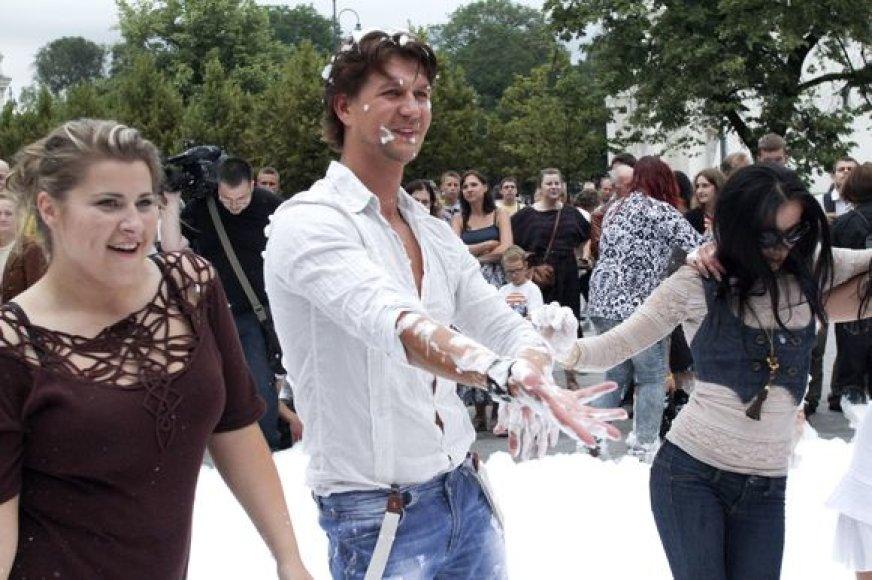 """Projekto """"Kviečiu šokti"""" dalyviai Erika Vitulskienė, Andrius Butkus ir kiti prisistatė sostinės centre vykusiame putų vakarėlyje"""