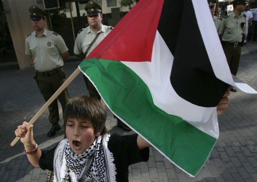 Čilėje palestinietis berniukas taip pat protestuoja prie Izraelio ambasados