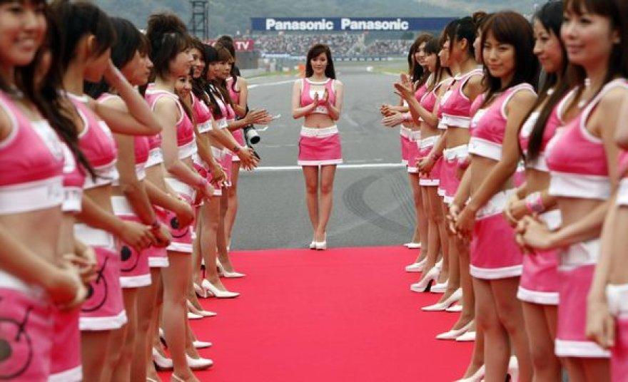 """Tradicinis moters vaidmuo """"Formulės-1"""" lenktynėse."""