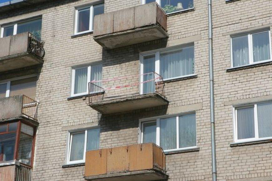 Ketvirtadienio naktį nugarmėjo ketvirtojo aukšto balkonas.