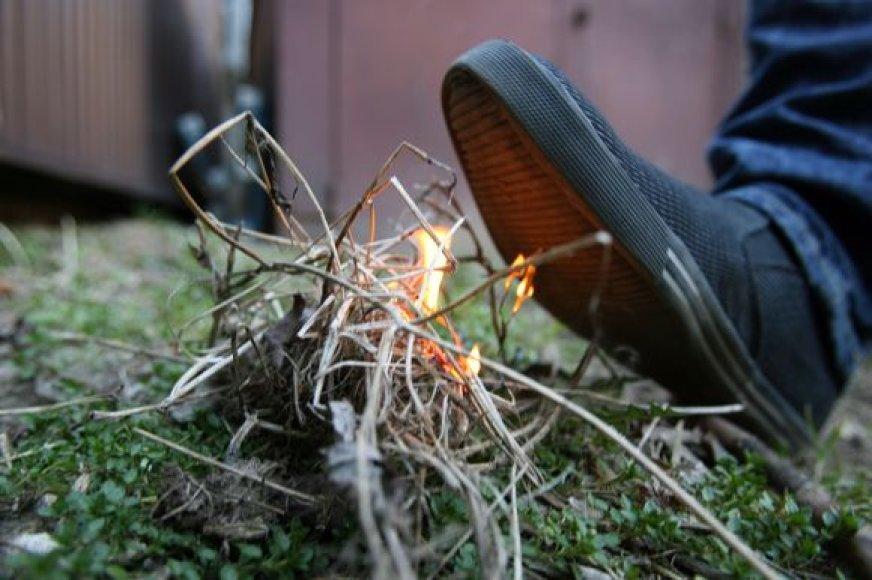 Ugniagesiai pataria, pamačius degančią žolę, jei liepsna nedidelė, pabandyti  užtrypti ją kojomis, užkasti žeme, užplakti drabužiais ar šakomis.