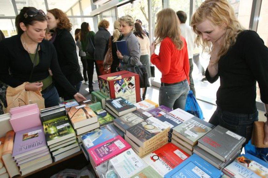 Vienas iš VDU festivalio renginių – mokslo leidinių ir knygų mugė – sudomino studentus.