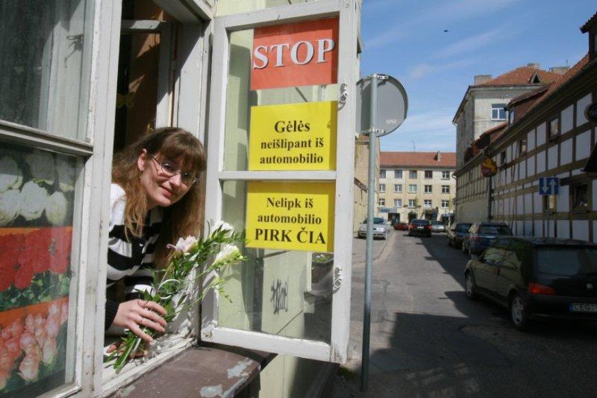 Senamiestyje gėlių galima įsigyti ir neišlipant iš automobilio, taip bandoma privilioti vairuotojus, dėl naujojo mokesčio vengiančių senamiesčio gatvelių.