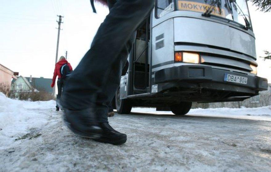 Vaikus į mokyklą kasdien vežiojanti D.Trapulienė teigė, kad keliai Kauno rajono gyvenvietėse itin slidūs ir pavojingi.
