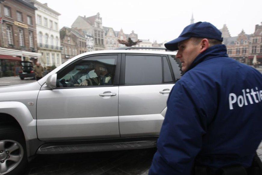Kim De Gelder išgabenamas iš teismo rūmų.