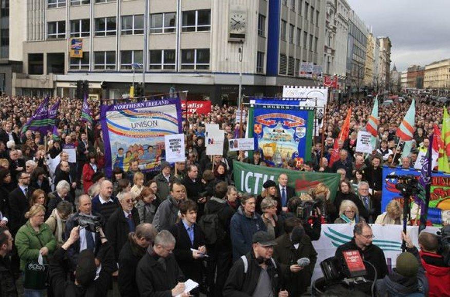 Žmonės išreiškia nepasitenkinimą dėl įvykių Šiaurės Airijoje.