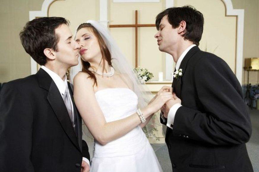 Vis daugiau moterų neištikimos savo vyrams.