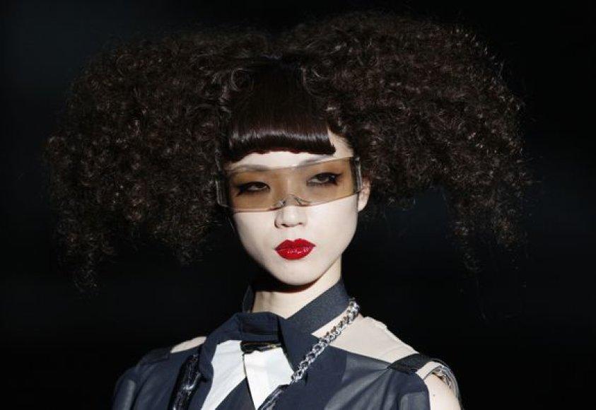 Modelis, pristatantis šukuoseną