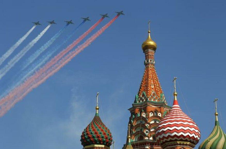 Maskvos Raudonąją aikštę sekmadienio ryte sudrebino didžiulis paradas, skirtas pergalės Antrajame pasauliniame kare 65-osioms metinėms paminėti.