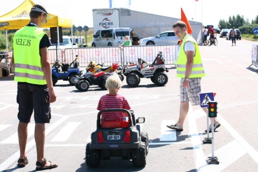 Lenktynių dienomis trasos prieigose žiūrovams suteikta unikali galimybė išbandyti saugos diržų ir automobilio virtimo simuliatorius.