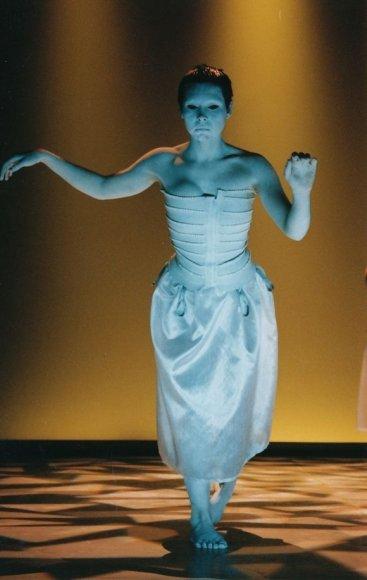 Profesionali choreografė R.Alksnytė Belgijoje įkūrė savo trupę ir jai iki šiol vadovauja.