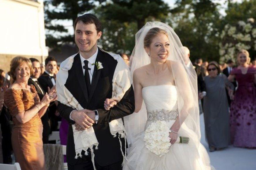 Buvusio JAV prezidento ir dabartinės valstybės sekretorės dukra Chelsea Clinton susituokė su savo ilgamečiu draugu Marcu Mezvinsky.