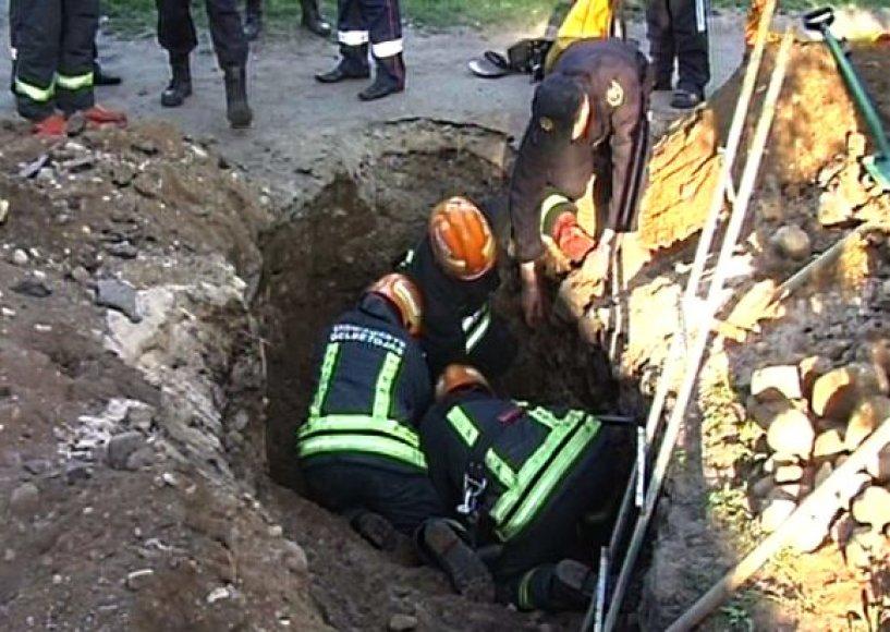 Ugniagesiai traukė nelaimėlį iš maždaug 2 metrų gylio.