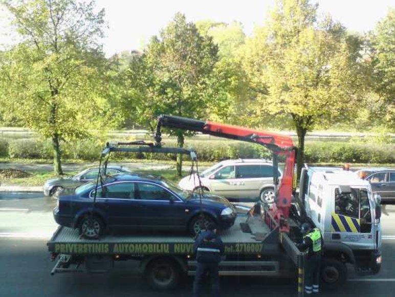 Išvežamas pažeidėjo automobilis