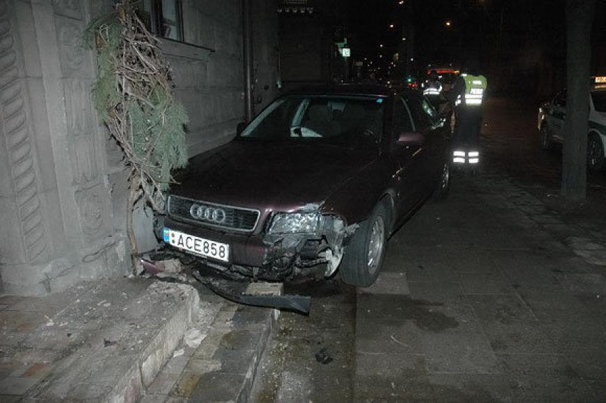 """Pernai į avariją Vilniuje buvo patekęs britų diplomatas, po susidūrimo su vilnietės mašina jo """"Audi"""" taip pat nuvertė stulpą."""