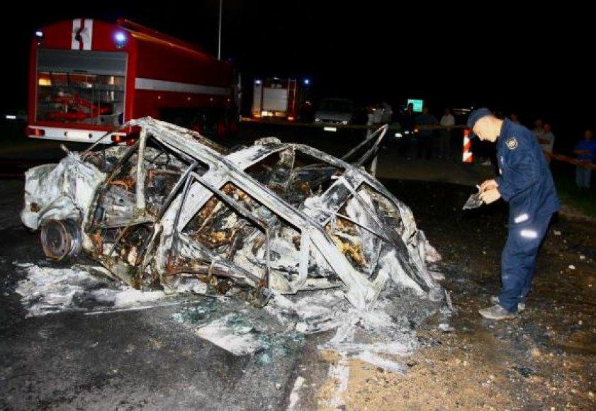 """Po kaktomušos su vilkiku """"Renault"""" vienatūris su žmonėmis sudegė."""