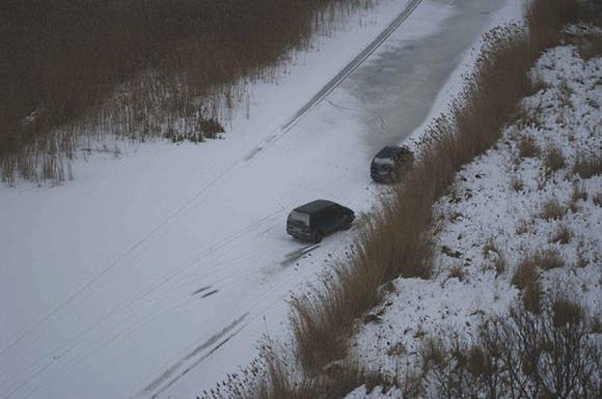 Kontrabandininkų automobiliai spruko upės ledu