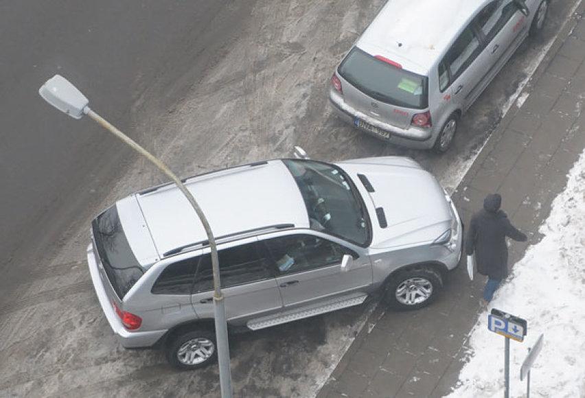 Kelių erelio BMW X5 ant šaligatvio