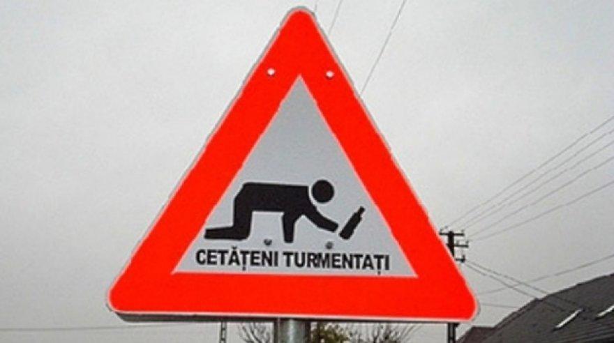 """Rumunijoje neprigiję kelio ženklai """"Atsargiai! Girtuokliai""""."""
