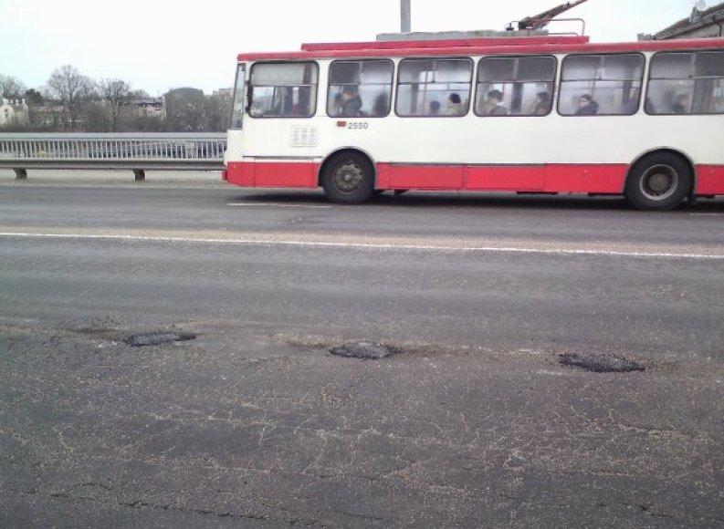 Kelininkai lopo Liubarto tiltą