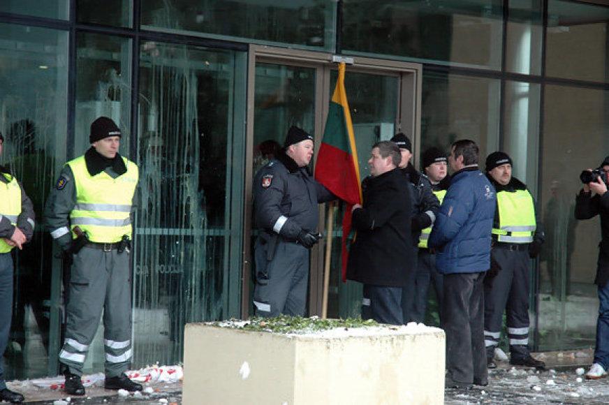E.Paulaitis (iš kairės prie Trispalvės) pernai sausį gynė Seimą nuo riaušininkų.