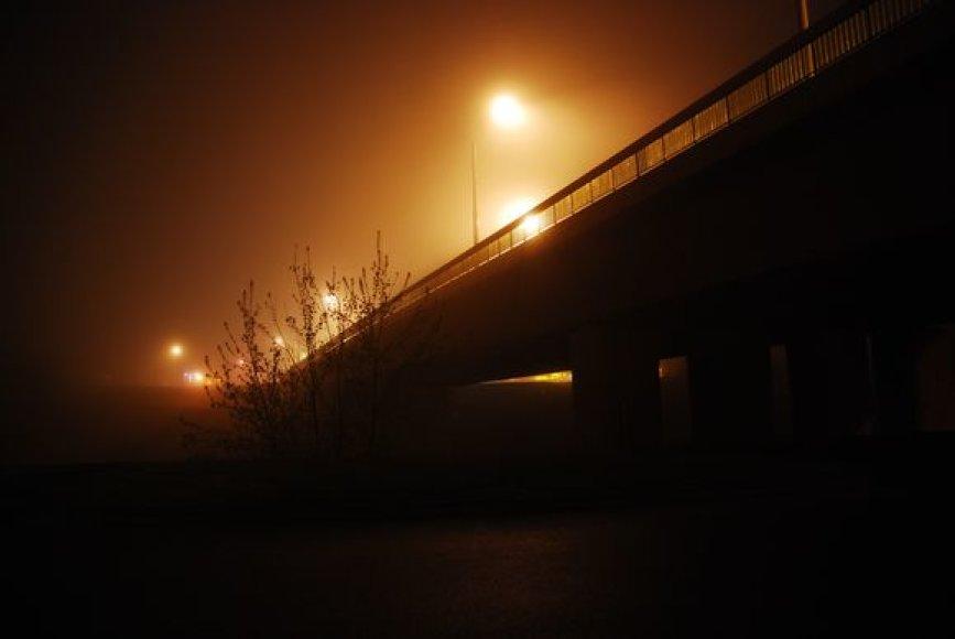 Šilo tiltas per Neries upę sekmadienio naktį skendėjo rūke.