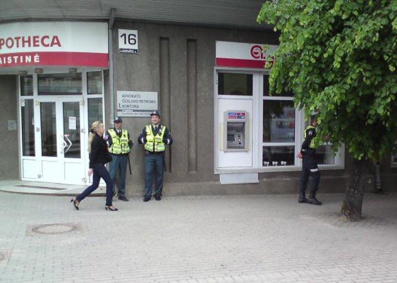 Teismo rūmus Panevėžyje likus dar valandai iki posėdžio apgulė didelės policijos pajėgos.