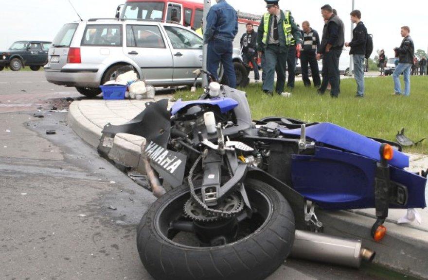 Po motociklo smūgio lengvasis automobilis net apsisuko, o motociklininkai nuskriejo į pievą.