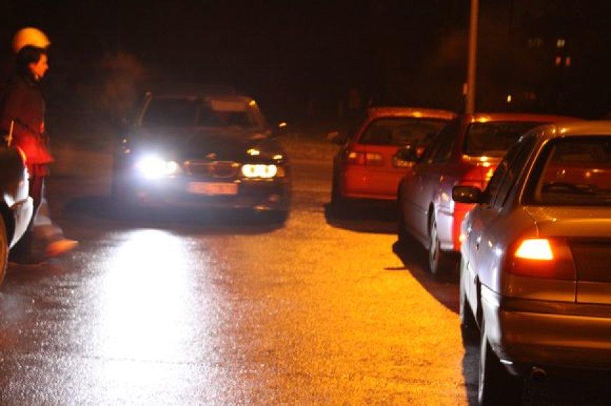 """""""Dragai"""": nelegalių naktinių lenktynių atmosfera."""