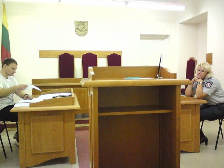 Byla teisme: vilnietis A.Dambrauskas teisme susitiko su protokolą surašiusio komisariato atstove.