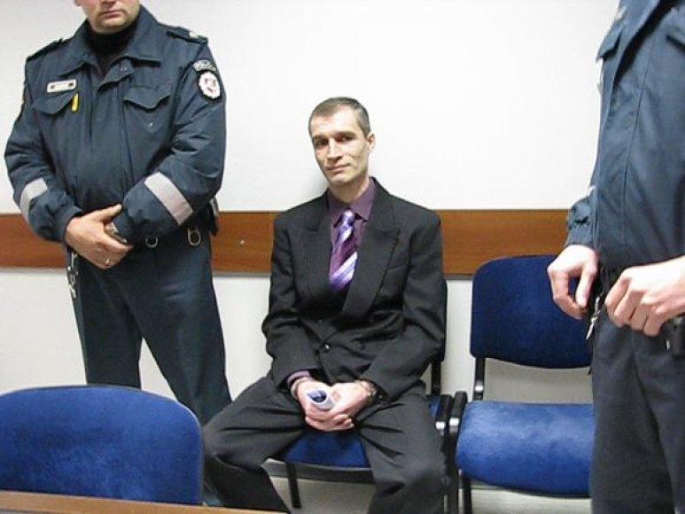 Su konvojumi į teismą atvykęs A.Štašauskas buvo kaip visada entuziastingai nusiteikęs, šįkart kaltinamasis ir pasipuošė.