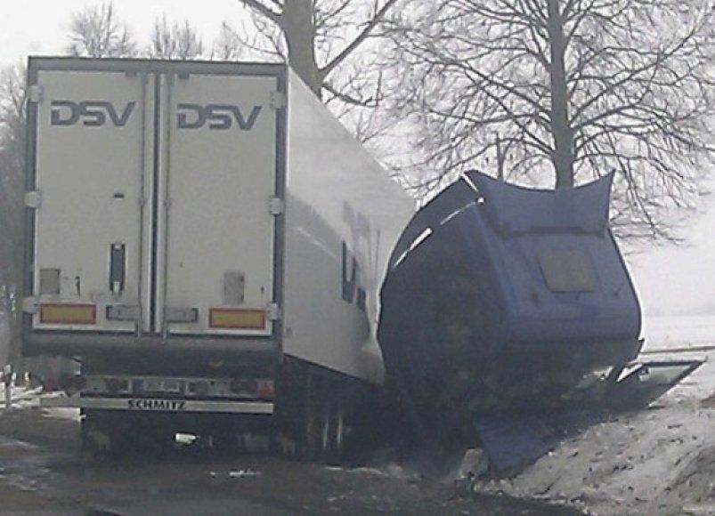 Sunkvežimis po susidūrimo nulėkė į šalikelę, vilkiko kabina nulūžo. Tačiau estas rimčiau nesusižeidė.