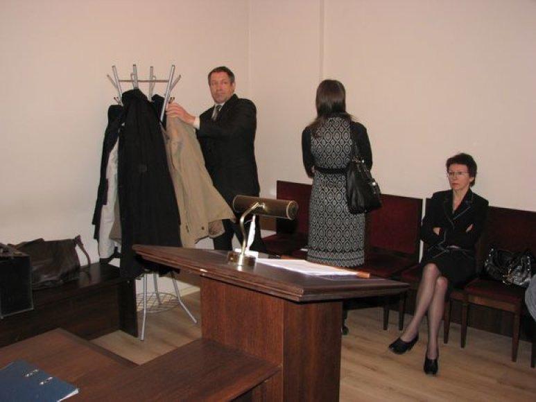Kaltinamieji A.Kleiva, J.Savickaitė ir V.Savickienė teisme.