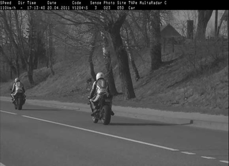 Kelių policijos vadovybė pripažįsta, kad į motociklininkų nugaras nukreipti radarai problemų neišsprendė: nuotraukose dažnai nieko nesimato.