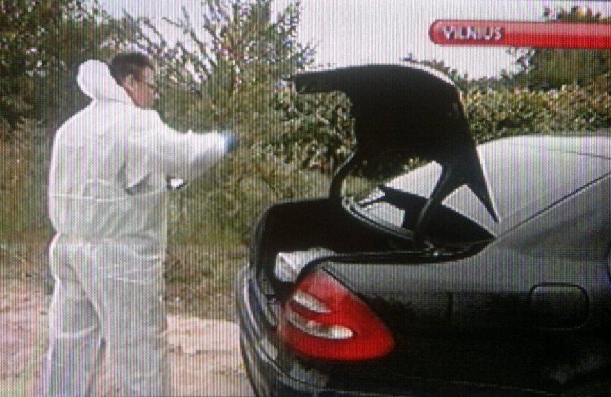 """Po gaudynių Vilniaus pakraštyje automobilį """"Mercedes Benz E270 CDI"""", kurį vairavo M.Matukas, pirmiausia apžiūrėjo ekspertai."""