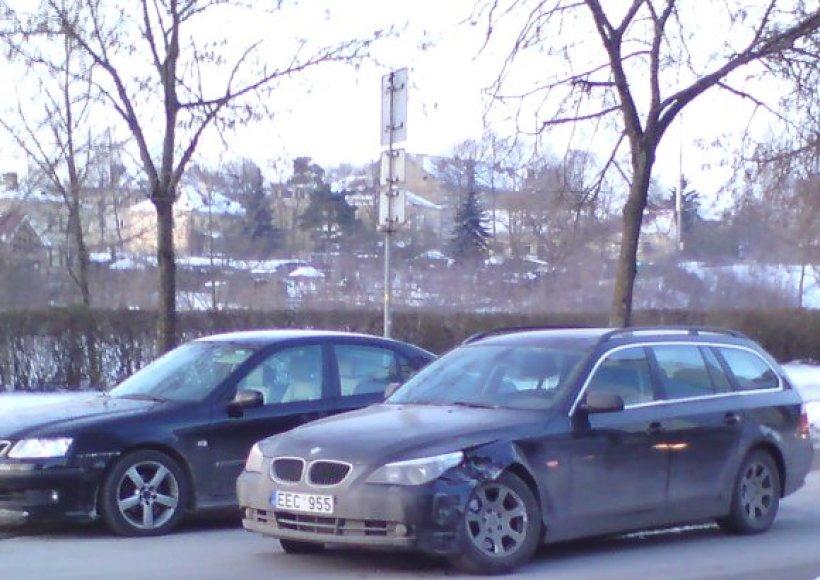 Per avariją nelemtoje sankryžoje vilnietis suniokojo savąjį 2005 m. laidos BMW.