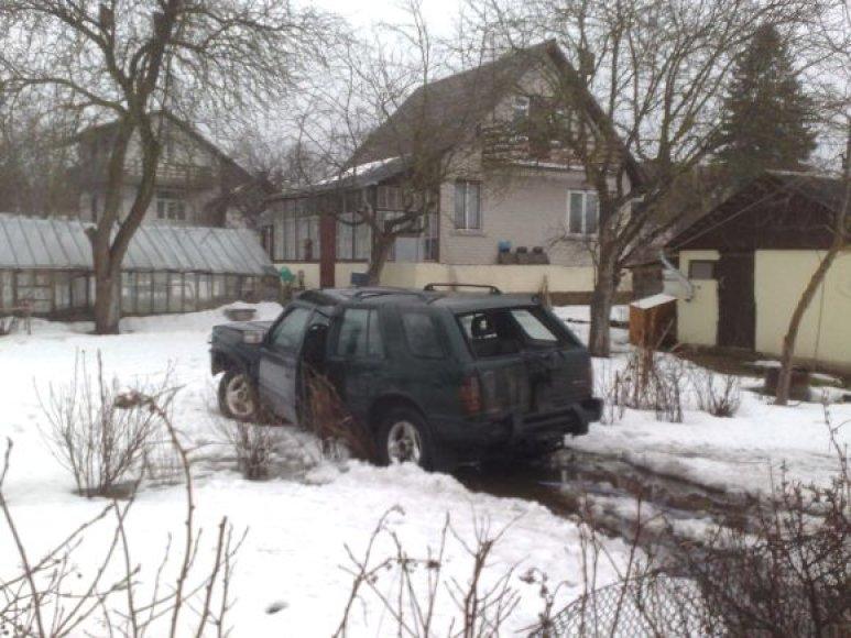 Visureigis įlėkė į gyvenamojo namo kiemą