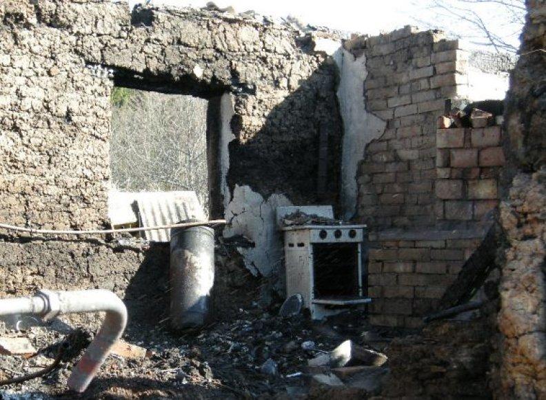 Kūjainių kaime sudegęs namas.